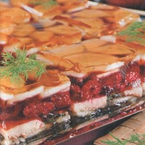Блюдо из филе форели заливное с малиной и яблоками