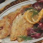 Жареное филе морской рыбы с красным луком